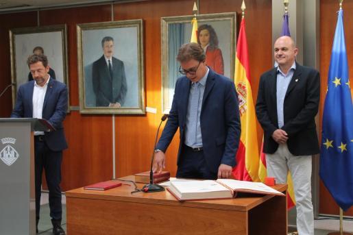 Salvador Losa, en el momento que jura su cargo como conseller de Deportes y Juventud del Consell d'Eivissa.