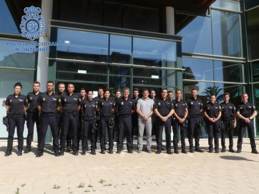 El director insular y el comisario de Ibiza junto a los 18 agentes en prácticas