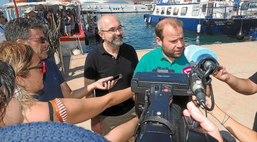 Los consellers de Medi Ambient del Consell d'Eivissa y del Govern, Vicent Roig y Miquel Mir, ayer, en el puerto de Ibiza.