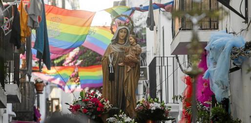 La imagen de la Virgen del Carmen, patrona de los marineros, volvió a lucir espectacular a su paso por la estrecha Calle de la Mare de Deu.