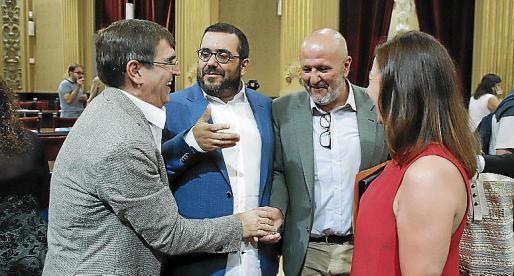 El senador Viçenc Vidal, segundo por la izquierda, en el Parlament