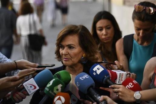 La vicepresidenta en funciones del Gobierno, Carmen Calvo, atiende a los medios.