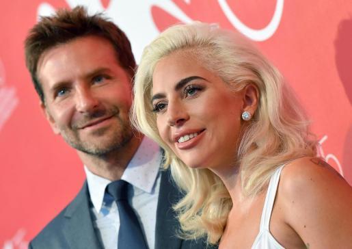 La artista Lady Gaga y el actor Bradley Cooper posan durante el pase gráfico de la presentación de 'Ha nacido una estrella' en el 75º Festival Internacional de Cine de Venecia.