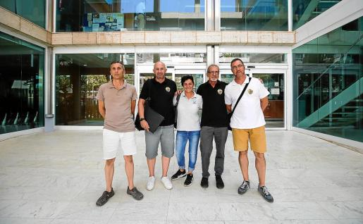 Cinco asociados de Élite Corsaris en la puerta del Consell d'Eivissa después de la reunión con los consellers.