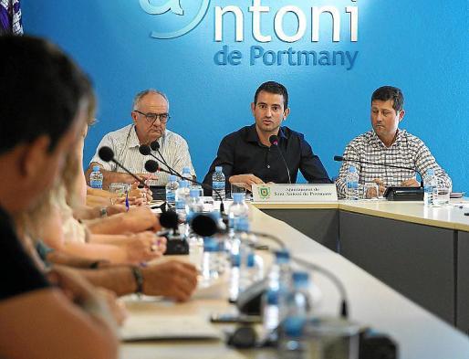 Marcos Serra, entre los tenientes de alcalde de PxE y Ciudadanos.