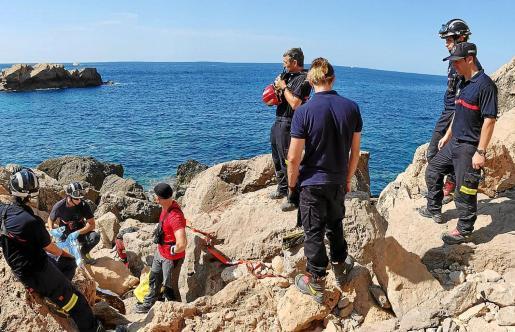 Los bomberos movilizaron una docena de efectivos, cinco de ellos del Grupo de Rescate Vertical (GRV) del Parque de Ibiza.