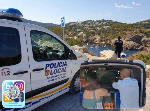 La concejala de Medio Ambiente, visionando en tiempo real, las imágenes del dron en la pantalla del vehículo de la policía