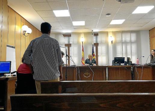 La pareja condenada, este jueves, en una sala del Juzgado de lo Penal número 4.