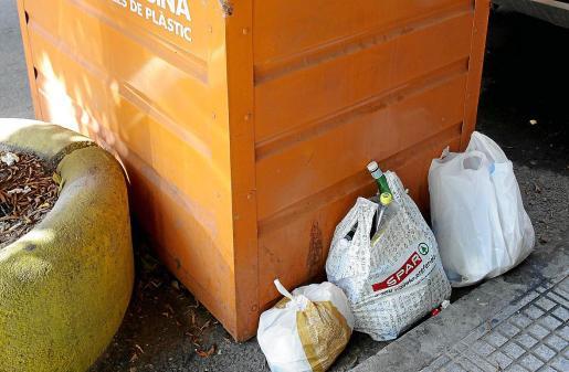 La basura fuera de los contenedores genera un hedor que inunda las calles y comercios cercanos a ellas.