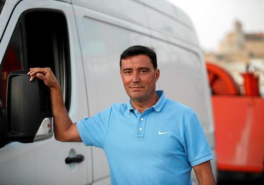 Fernando puede que sea el transportista más veterano del servicio entre Ibiza y Formentera. Comenzó en este gremio en el año 92, al principio haciendo entregas en las dos islas, ahora dedicado plenamente a la menor de las Pitiusas