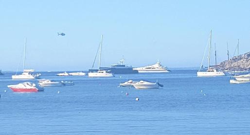 Imagen de varias embarcaciones en la playa de Talamanca