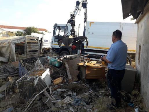 Los operarios han recogido 2.300 kilos de basura