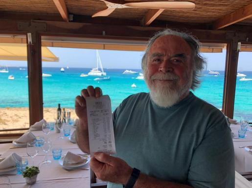 Juan Yern, propietario de Es Molí de Sal, muestra la cuenta del italiano que se negó a pagar la cena.