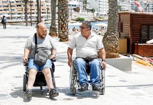 Javier Marí y Emliano Beltrán en el paseo de ses Figueretes.