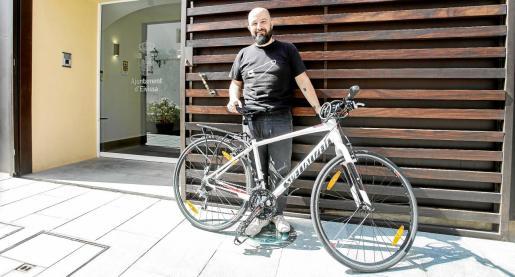 El concejal de Cultura Pep Tur sigue subiendo todos los días a trabajar hasta el edificio de Can Botino, en Dalt Vila, montado en bicicleta.