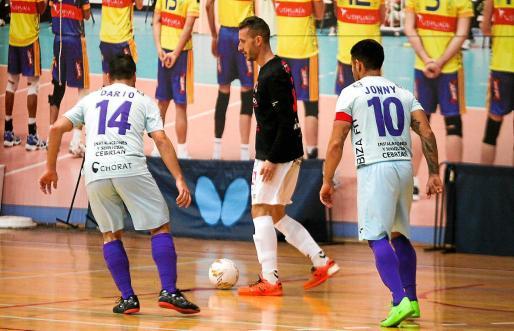 Yuyu conduce la bola delante de Darío y Jonny durante el partido Harinus Ibiza-San Pablo del curso pasado.