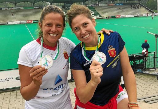 Arantxa Asenjo y Paulina Mauvecin posan con la medalla obtenida en tierras holandesas.