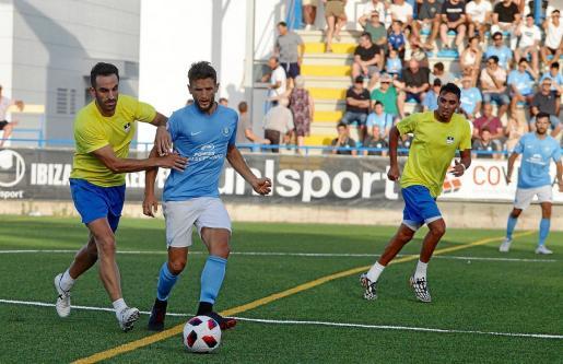 Núñez pasa la pelota ante la presión de Pacheta durante el amistoso entre la UD Ibiza y el San Rafael de la semana pasada.
