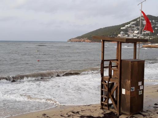 Bandera roja en una playa de Santa Eulària.