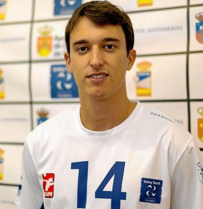 El jugador valenciano Sergio Ramírez posa con la camiseta del Textil Santanderina.