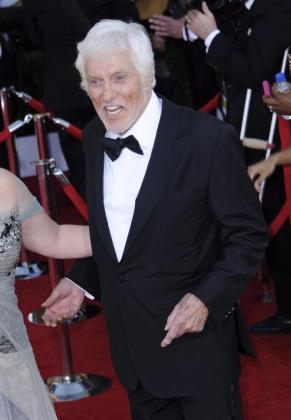El actor estadounidense Dick Van Dyke llega hoy a la entrega de los Premios del Sindicato de Actores en el Shrine Auditorium en Los Ángeles.