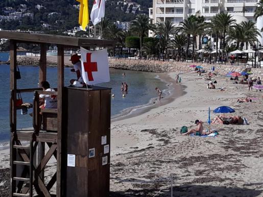 Bandera amarilla en las playas de Santa Eulària y es Riu por el encallamiento de un barco.