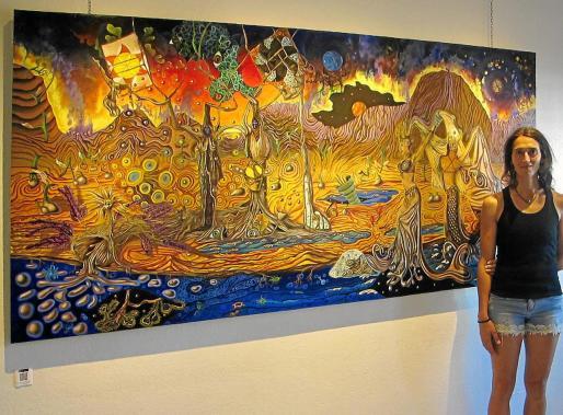 La artista posa con una de sus obras, que se podrá ver hasta el próximo 5 de septiembre.