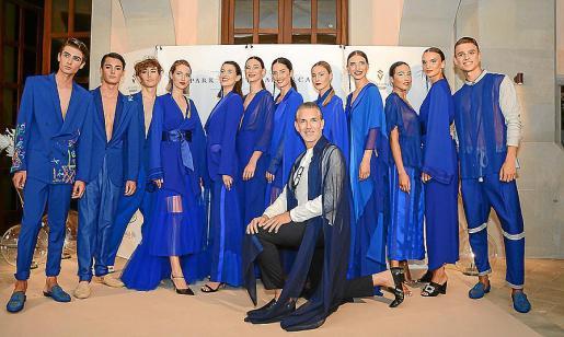 Karim Tassi con modelos luciendo la colección Azul.