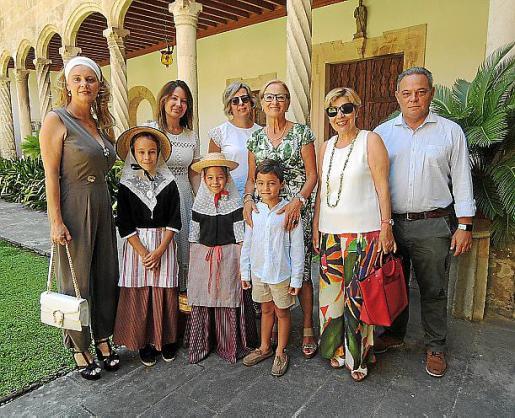 Aina Aguiló, Mª José Maciá, Antonia Riutort, Pilar Ferrer, Lola Muñoz, Pepe Zaforteza y los niños Adela Areitio, y Blanca y Nico Zaforteza.
