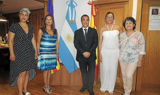 Silvina Moschini, Verónica Sabattini, Roberto Alonso, cónsul de Argentina; Laureana Zum y Beatriz Sevilla.