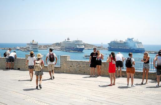 Los pasajeros pasearon durante todo el día por las calles de Vila.