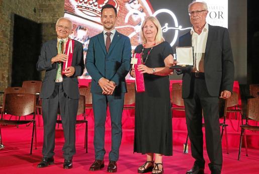 Joan Prats y la librería Verdera recibieron las Medallas de Oro de la ciudad de Eivissa.