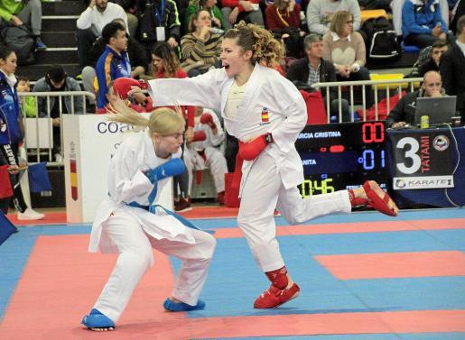 La karateca ibicenca Cristina Ferrer, a la derecha, en acción durante un combate.