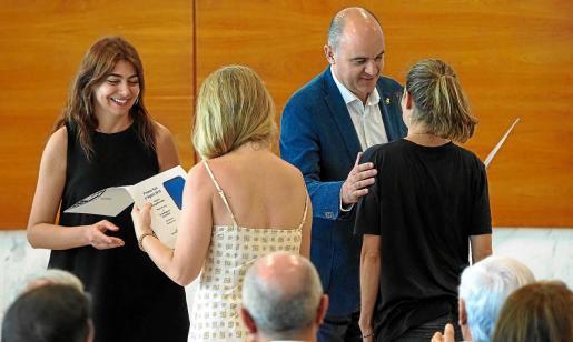 El presidente del Consell d'Eivissa, Vicent Marí, y la vicepresidenta y titular de Cultura, Sara Ramón, entregaron los galardones.