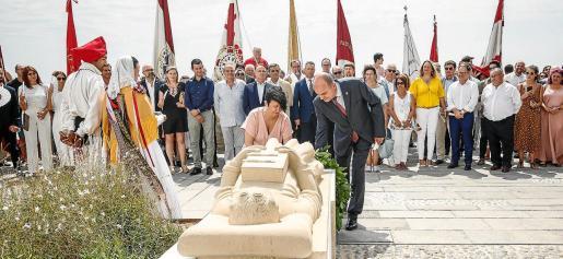 La alcaldesa de Vila, Elena López, y el presidente del Consell d'Eivissa, Vicent Marí, durante el homenaje a Guillem de Montgrí.