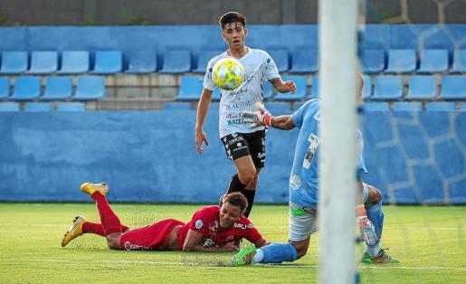 Domi, de la Peña Deportiva, pica la pelota ante la salida de Marcos Contreras para anotar el primer tanto del partido.