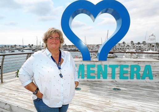 A Delfi lo que más le gusta Formentera es que es una isla de azules. El que más le gusta a ella es el 'azul Formentera', un azul casi verde que incorporó a su paleta de pinturas para poder pintar la isla en los tonos que ella percibe.