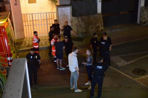 Guardia Civil y Policía Local de Andratx, entrevistándose con algunos de los implicados.