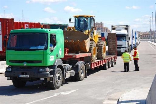 Camiones de mercancías en uno de los puertos de Baleares.