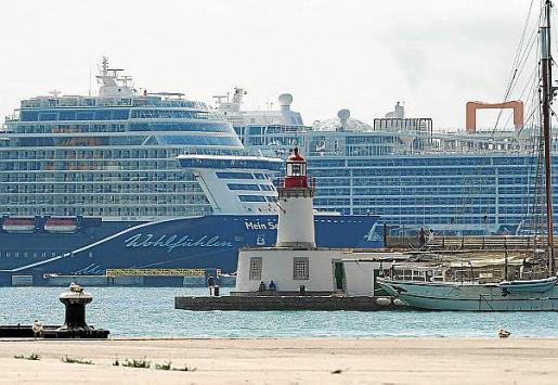 Dos cruceros atracados en es Botafoc.
