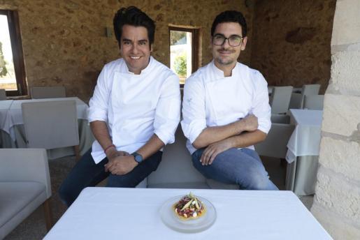 A la izquierda, David Moreno, jefe de cocina en Hotel Can Simoneta. A la derecha, Edgar Rodríguez, subjefe de cocina.