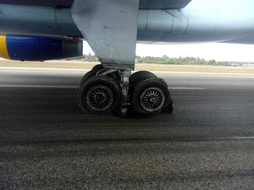 Imagen del estado en el que han quedado las ruedas del vuelo de Condor que ha aterrizado este martes con problemas en el aeropuerto de Palma.