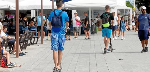 Los patinetes pueden llegar a alcanzar los 25 km/h, justo el límite marcado por la DGT, tienen una autonomía de unos 30 km y su precio ronda los 400 euros.