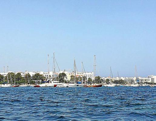 Barcos fondeados en el litoral de Sant Antoni.