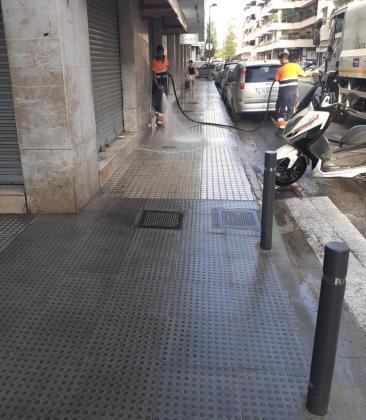 Un operario limpia una de las calles de la ciudad de Ibiza.