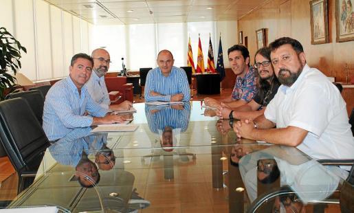 Vicent Marí, el conseller Vicent Roig y el director insular Miquel Jerez se reunieron ayer con los representantes de la Alianza por el Agua.
