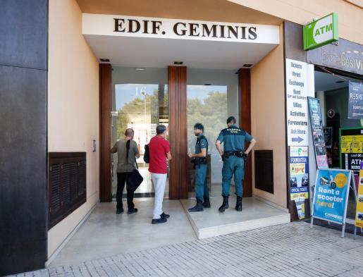 Inspectores y Guardia Civil realizando el operativo especial contra el alquiler turístico.