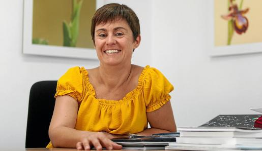 Cristina Ribas posa sonriente desde su oficina en el Ayuntamiento de Sant Josep.