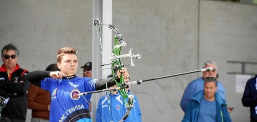 El joven Jaume Llorens apunta durante una prueba celebrada este año.
