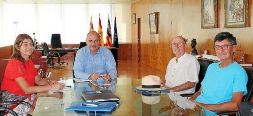 El presidente del Consell d'Eivissa, Vicent Marí, y la consellera Sara Ramón, durante la reunión con la AAE